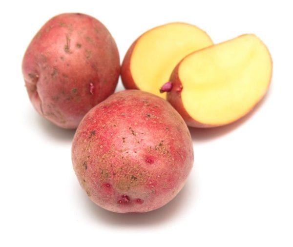 Розовый сырой картофель