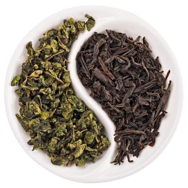 черный и зеленый чай на тарелке
