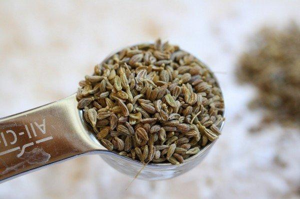 Семена укропа в мерной ложке