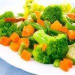 Овощи отварныена тарелке