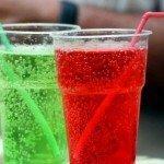 Газированные напитки в стаканах с трубочками