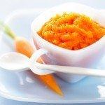 Морковное пюре, морковь и ложка
