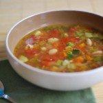 Овощной суп и ложка