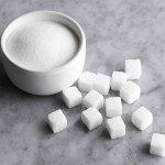 Сахар россыпью в пиале и кусочками