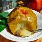 Запечёное яблоки с корицей на тарелке с ложкой
