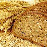Цельнозерновой хлеб, зёрна и колоски пшеницы