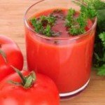 Помидоры и томатный сок с зеленью