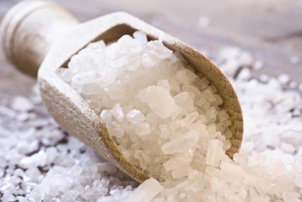 Крупнокристаллическая соль в деревянной лопатке