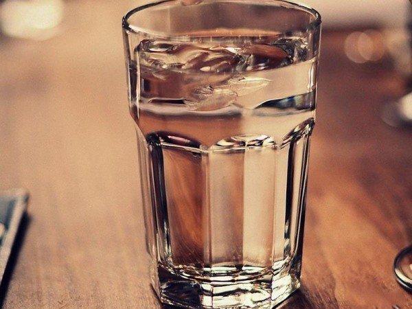 Солевой раствор в стакане