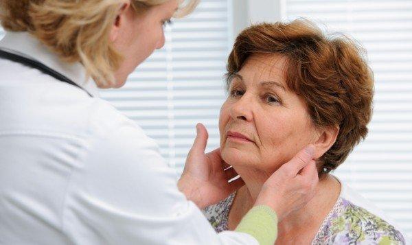 Женщина на осмотре у эндокринолога