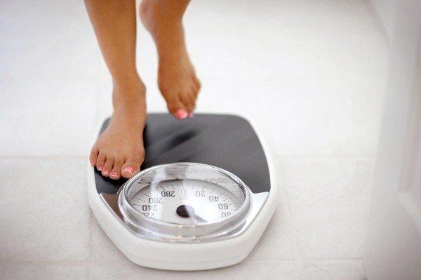 Девушка становитсяна весы