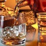 Стакан со льдом и спиртное в бутылке