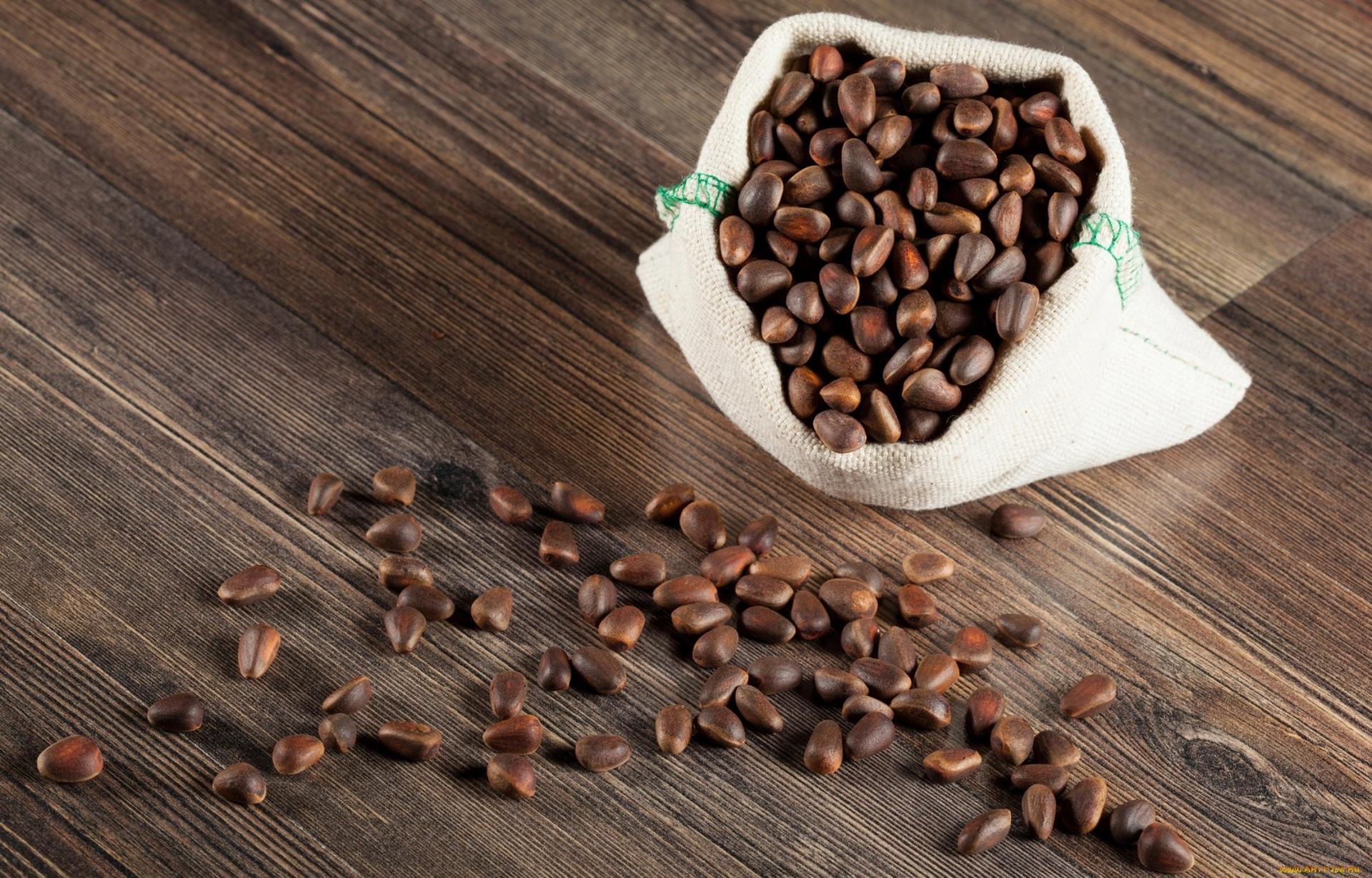 Кедровые орехи на столе и в мешочке