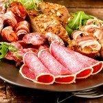 Мясные продукты на тарелке