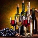 Вина в бутылках и бокалах