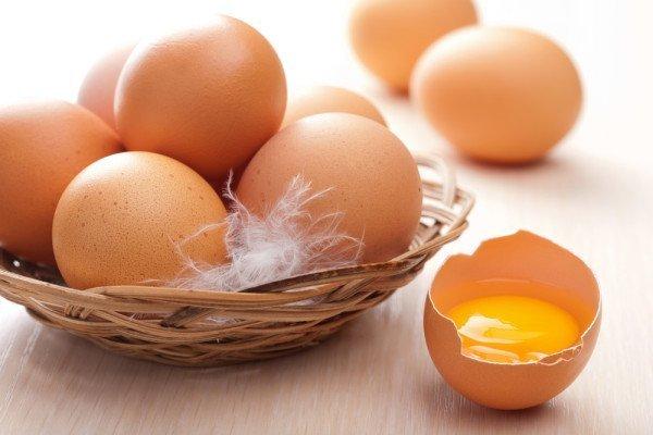 Яйца и желток в скорлупе