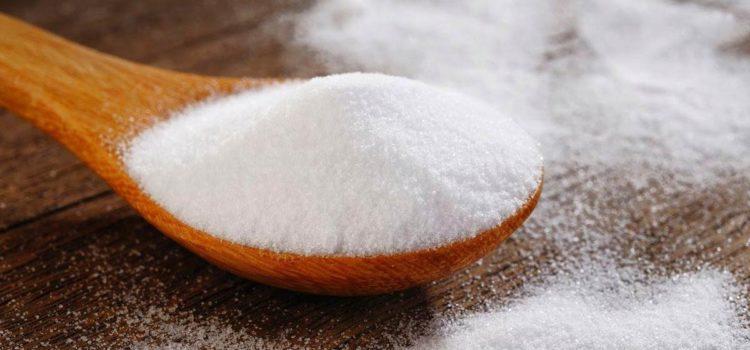 Сода в ложке и на столе