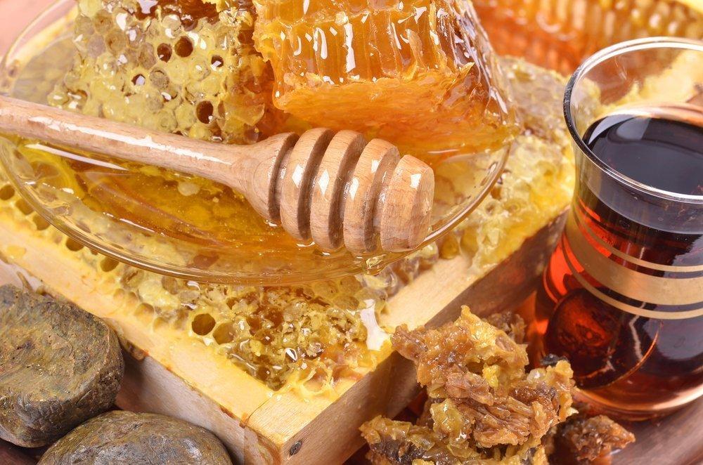 Лечение геморроя мёдом и свечами с прополисом