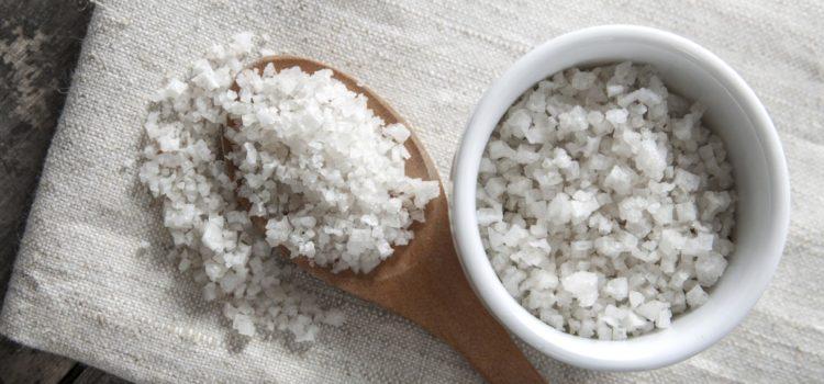 Посуда с морской солью на полотенце