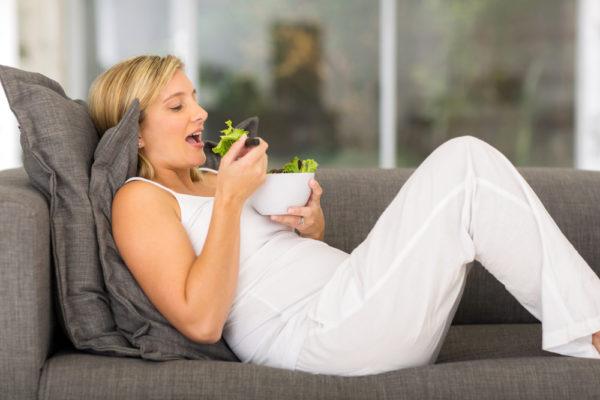 Беременная женщина с салатом