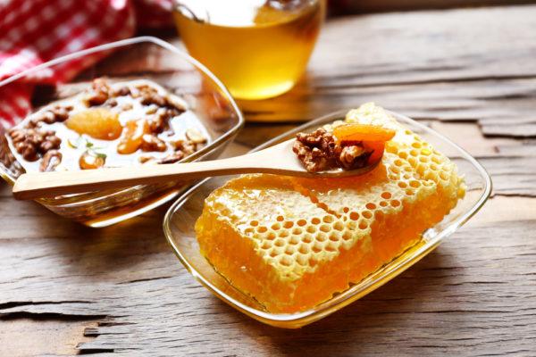 Грецкие орехи, соты и мёд