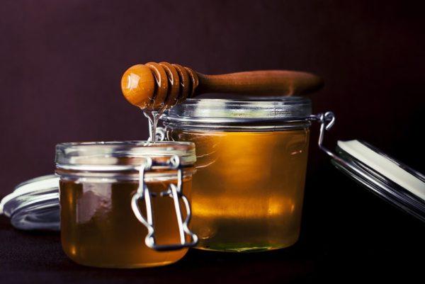Баночки с мёдом и ложка для продукта