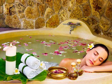 Ароматерапия — девушка принимает ванну