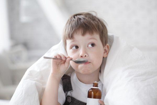Ребёнок пьёт микстуру