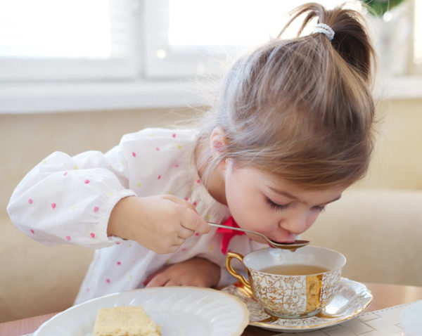 Девочка пьёт имбирный чай