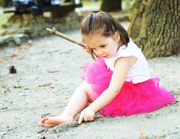 Девочка сидит на земле