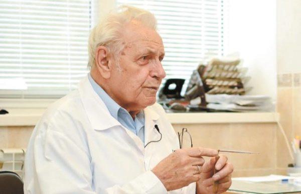 Доктор Неумывакин за работой