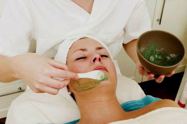 Косметолог делает девушке маску