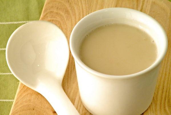 Ложка и чашка с прополисным молоком