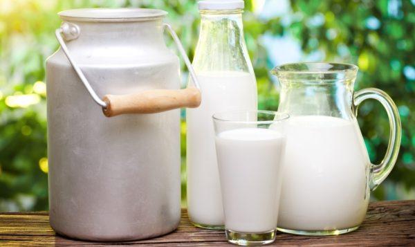 Молоко в стакане, бутылке, кувшине и бидоне