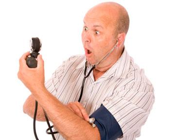 Мужчина измеряет артериальное давление