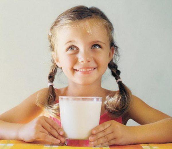 Ребёнок пьёт молоко с прополисом