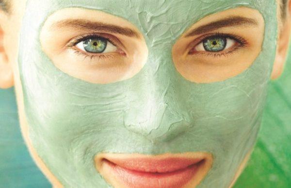 Зелёная маска на лице девушки
