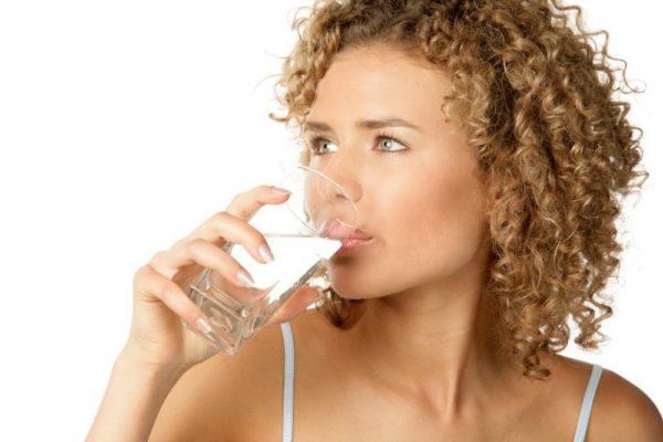 Девушка пьёт содовый раствор