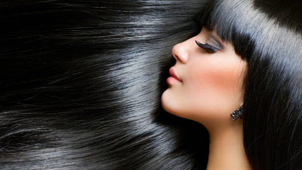 Девушка с чёрными, красивыми и ухоженными волосами