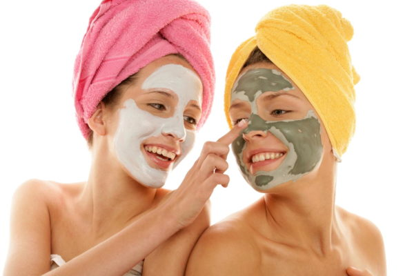 Две девушки делают маски