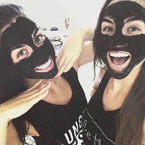 Две девушки с угольными масками