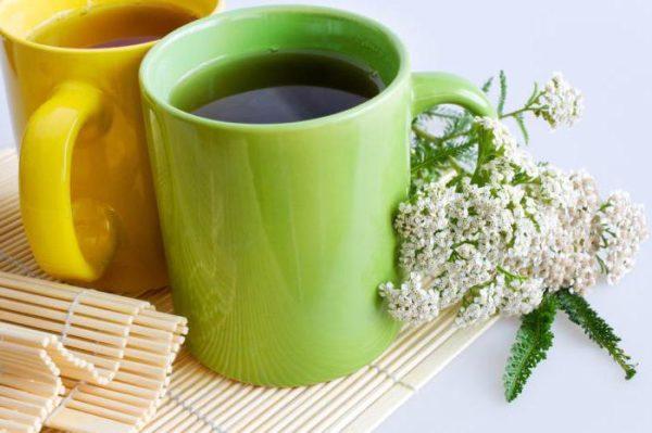 Две керамические чашки и цветы тысячелистника