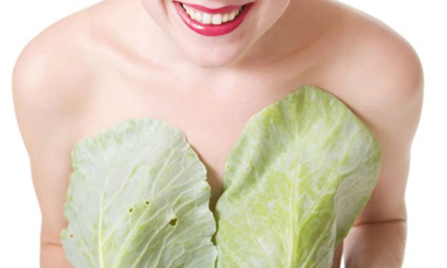 Женщина с листами капусты