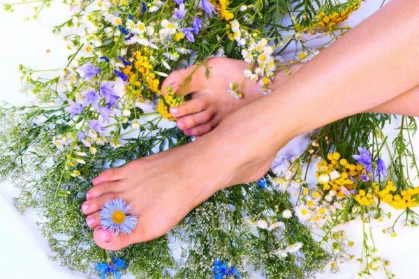 Красивые, здоровые ноги; цветы