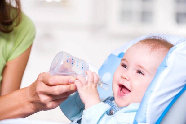 ребенок пьет укропную воду
