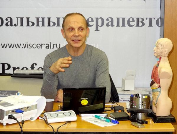 А.Т. Огулов читает лекцию