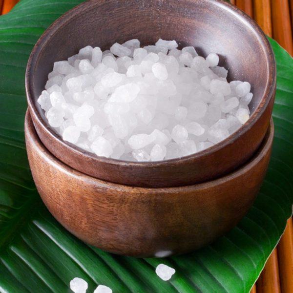 Соль в деревянной миске