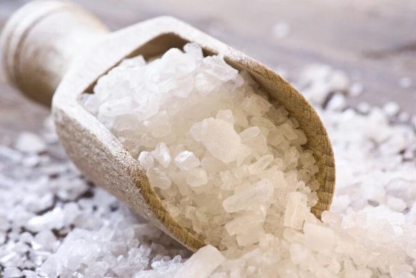 Соль в деревянном совочке