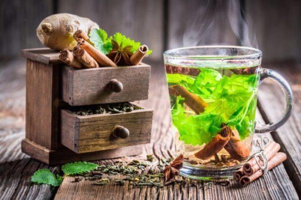 Чашка чая и ящички со специями
