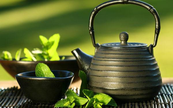 Керамический черный чайник и чашка